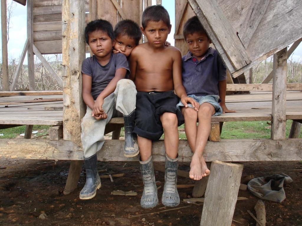 Menores refugiados durante el huracán Félix (Nicaragua)
